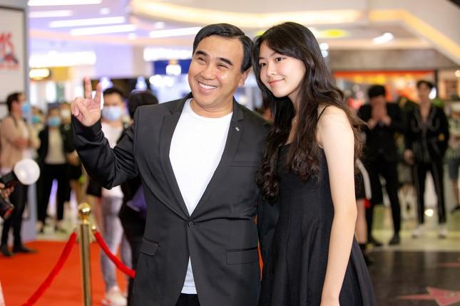 Quyền Linh đưa con gái xinh đẹp như minh tinh đi dự ra mắt phim ảnh 6