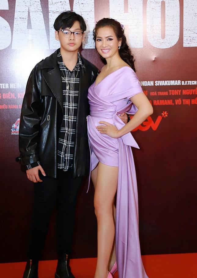 Quyền Linh đưa con gái xinh đẹp như minh tinh đi dự ra mắt phim ảnh 10