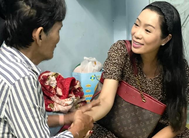 Thương Tín xuất viện, NSND Kim Cương trao 100 triệu đồng hỗ trợ ảnh 1
