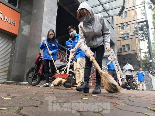 Đoàn Thanh niên Báo Tiền phong vệ sinh công sở phòng chống dịch Covid-19 ảnh 4