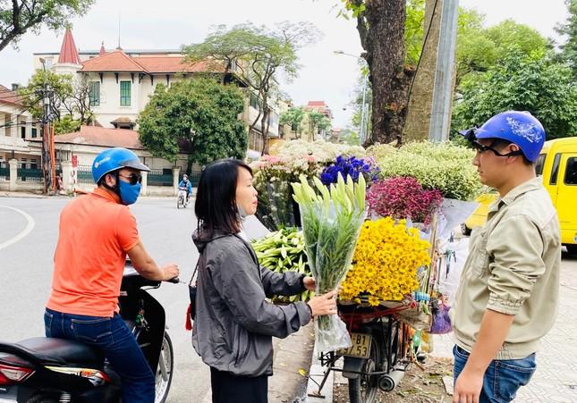 Phố phường Hà Nội lãng mạn với sắc trắng hoa Loa kèn ảnh 12