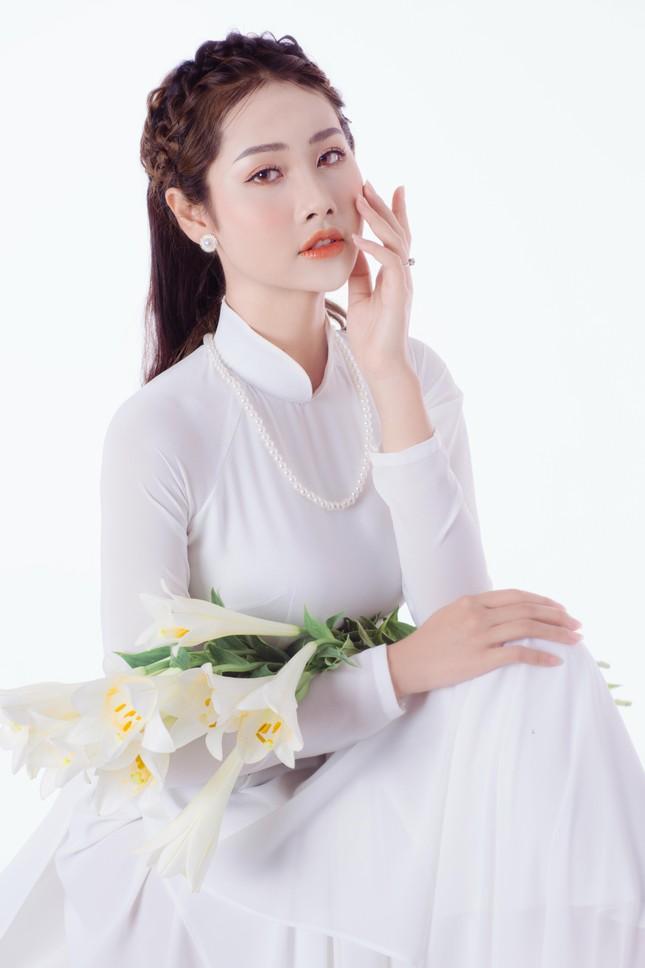 Thiếu nữ Hà Thành khoe vẻ đẹp dịu dàng bên hoa loa kèn ảnh 2