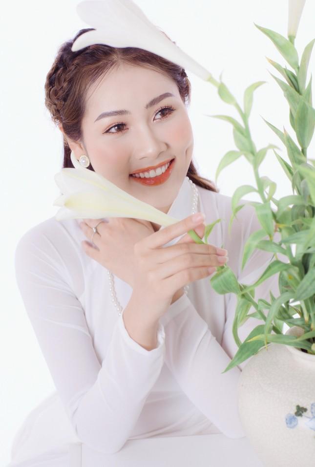 Thiếu nữ Hà Thành khoe vẻ đẹp dịu dàng bên hoa loa kèn ảnh 4