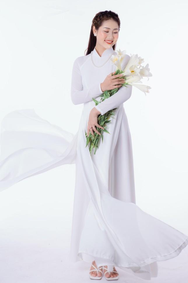 Thiếu nữ Hà Thành khoe vẻ đẹp dịu dàng bên hoa loa kèn ảnh 5