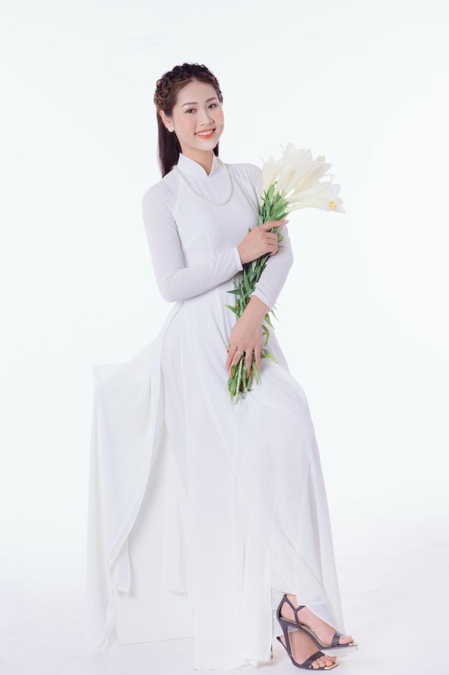 Thiếu nữ Hà Thành khoe vẻ đẹp dịu dàng bên hoa loa kèn ảnh 1