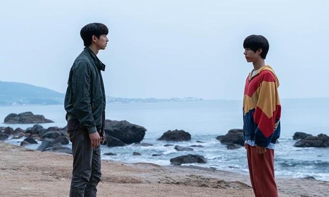 Làm sao cưỡng lại sức hút của hai nam thần cực phẩm trong 'Seobok - Người nhân bản'? ảnh 6