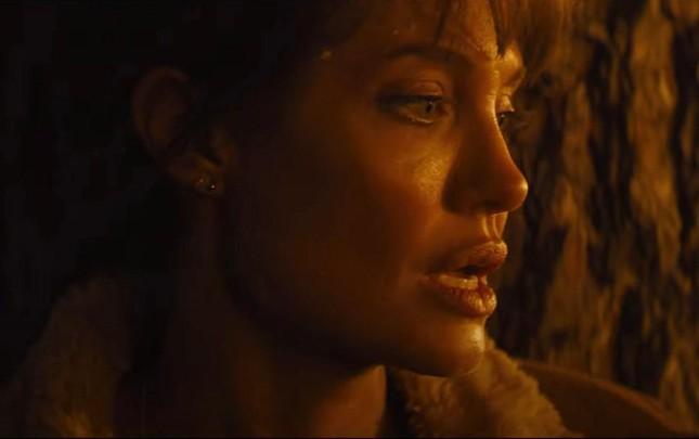 Kè nào dám 'nguyền rủa' Angelina Jolie để tạo nên màn rượt đuổi thót tim nhất mùa Hè? ảnh 6