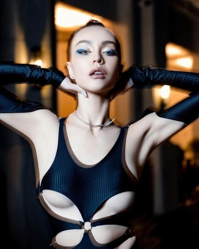 Mlee và Chi Pu đọ dáng trong bộ bodysuit cắt khoét táo bạo: Mỹ nhân nào nóng bỏng hơn? ảnh 10