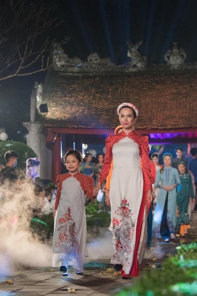 Hoa hậu Ngọc Hân, NTK Hà Duy đưa chi tiết rất đặc biệt vào bộ sưu tập áo dài mới ảnh 2