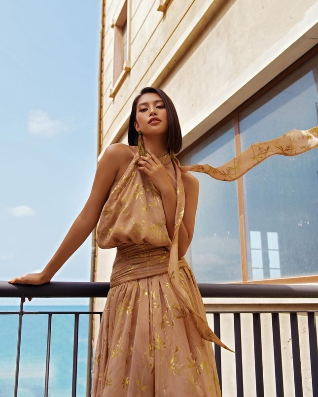 Không cần khoe trọn vòng 1 nóng bỏng, Hoa hậu Tiểu Vy vẫn tràn đầy quyến rũ ảnh 6