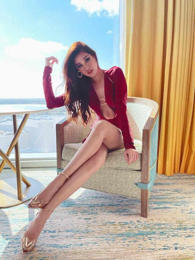 Mãn nhãn với loạt trang phục cắt xẻ táo bạo khoe đường cong của Hoa hậu Khánh Vân ảnh 7