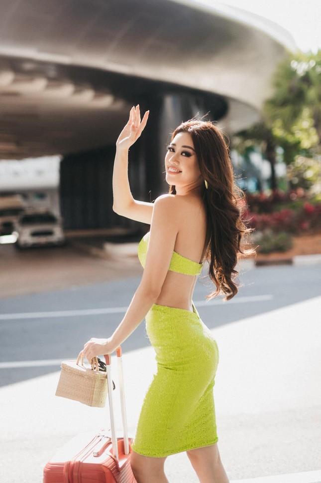 Mãn nhãn với loạt trang phục cắt xẻ táo bạo khoe đường cong của Hoa hậu Khánh Vân ảnh 5
