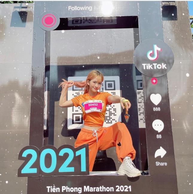 """""""Hot"""" Tiktoker Lê Bống rạng rỡ """"chạy giữa đại ngàn"""" cùng Tiền Phong Marathon 2021 ảnh 11"""