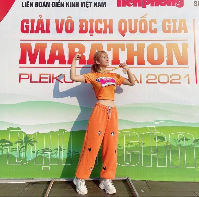 """""""Hot"""" Tiktoker Lê Bống rạng rỡ """"chạy giữa đại ngàn"""" cùng Tiền Phong Marathon 2021 ảnh 7"""