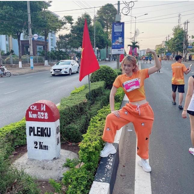 """""""Hot"""" Tiktoker Lê Bống rạng rỡ """"chạy giữa đại ngàn"""" cùng Tiền Phong Marathon 2021 ảnh 9"""