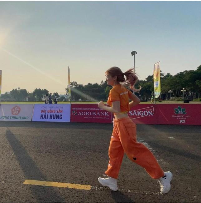 """""""Hot"""" Tiktoker Lê Bống rạng rỡ """"chạy giữa đại ngàn"""" cùng Tiền Phong Marathon 2021 ảnh 8"""