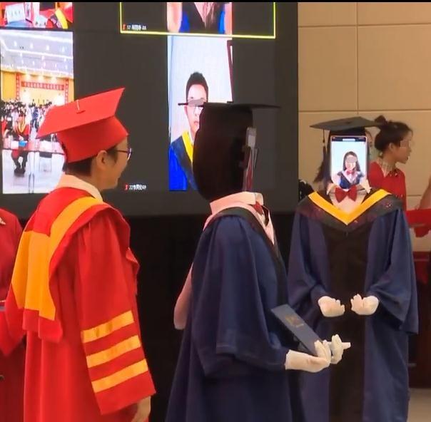 Gây tranh cãi: Trường trao bằng tốt nghiệp cho robot nhằm tránh tụ tập mùa COVID-19 ảnh 1