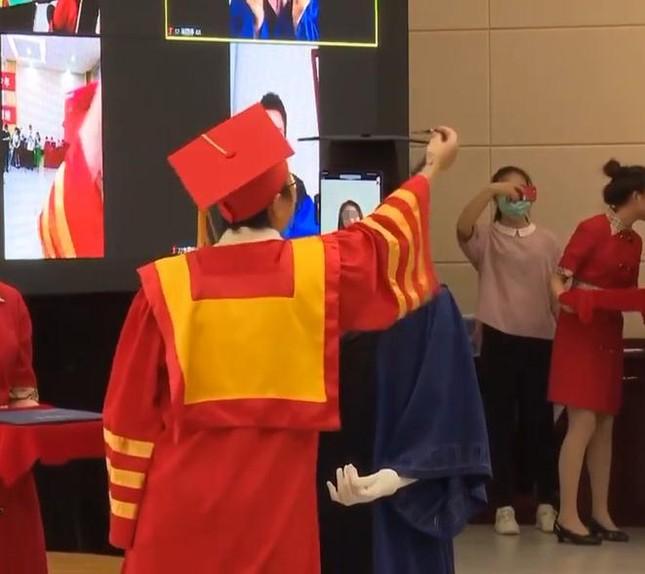 Gây tranh cãi: Trường trao bằng tốt nghiệp cho robot nhằm tránh tụ tập mùa COVID-19 ảnh 2