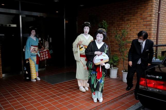 """Ngành nghề nào ở Nhật Bản chịu tổn thất nặng nề nhất và phải  """"gồng mình"""" chống COVID-19? ảnh 12"""