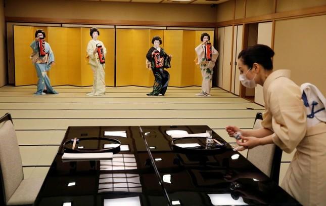 """Ngành nghề nào ở Nhật Bản chịu tổn thất nặng nề nhất và phải  """"gồng mình"""" chống COVID-19? ảnh 13"""