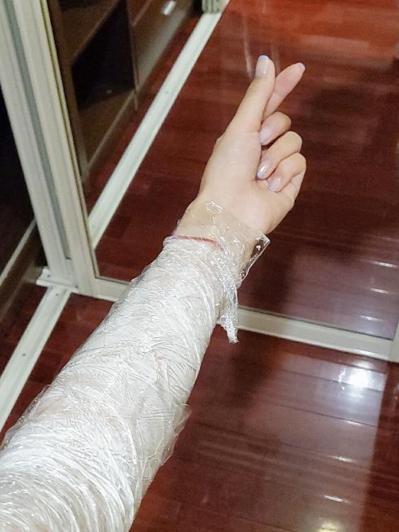 """""""Nữ thần ngôn tình"""" khiến fan ngỡ ngàng trước cách bọc nilon làm chân thon tay mảnh ảnh 7"""