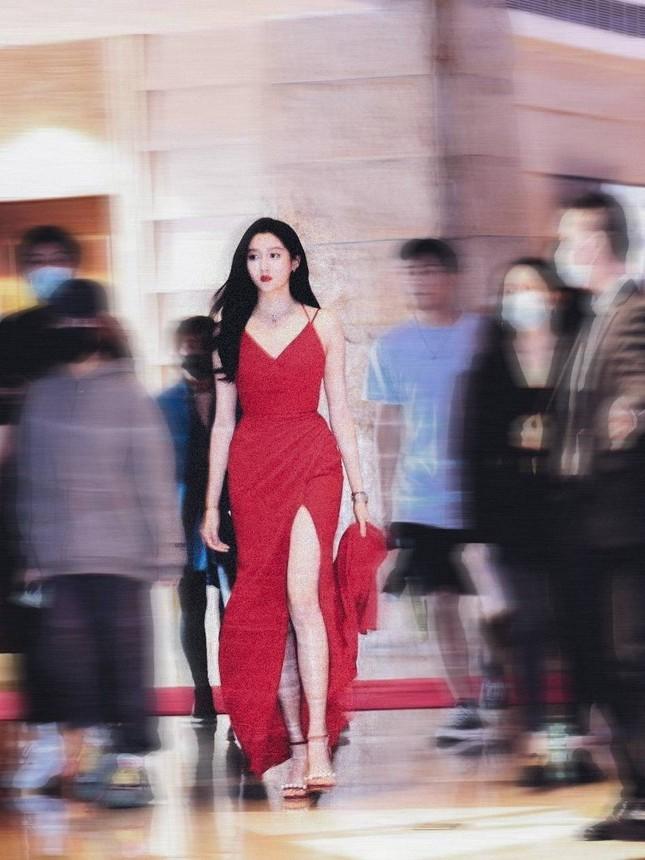 """Trước tin đồn chia tay Lộc Hàm, Quan Hiểu Đồng khoe body chiếm trọn """"spotlight"""" trên phố ảnh 7"""