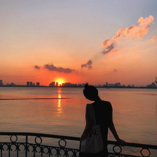 Hoàng hôn hồ Tây: Điểm check-in, thư giãn của giới trẻ Hà Thành ảnh 4