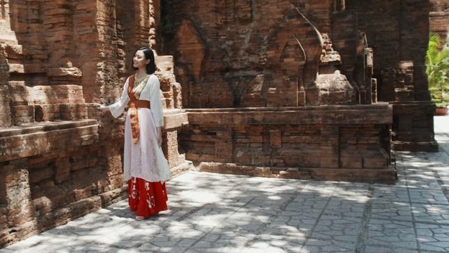 Người đẹp Đào Thị Hà diện trang phục Chăm quảng bá lễ hội văn hóa dân gian Khánh Hòa ảnh 4
