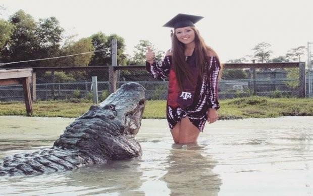 """Tận mắt nữ sinh viên Mỹ mừng tốt nghiệp ĐH bằng xuống đầm lầy vờn cá sấu """"khủng""""  ảnh 2"""