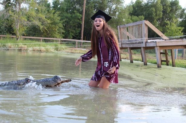 """Tận mắt nữ sinh viên Mỹ mừng tốt nghiệp ĐH bằng xuống đầm lầy vờn cá sấu """"khủng""""  ảnh 4"""