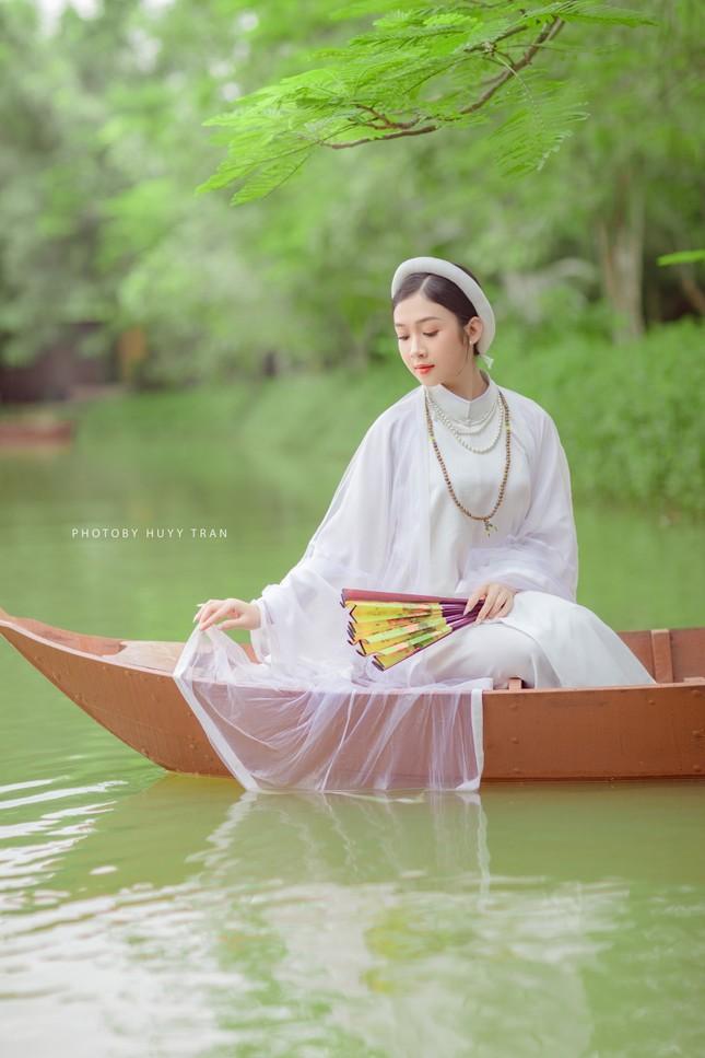 Hoa khôi Hutech đẹp dịu dàng trong áo dài cổ phục Việt Nam ảnh 16