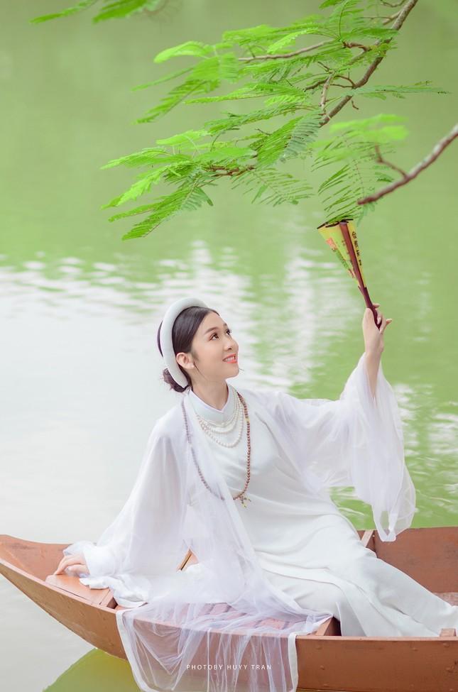 Hoa khôi Hutech đẹp dịu dàng trong áo dài cổ phục Việt Nam ảnh 5