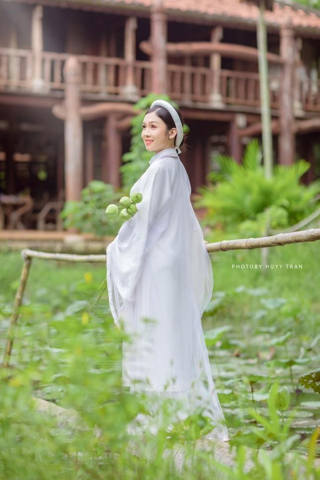 Hoa khôi Hutech đẹp dịu dàng trong áo dài cổ phục Việt Nam ảnh 3