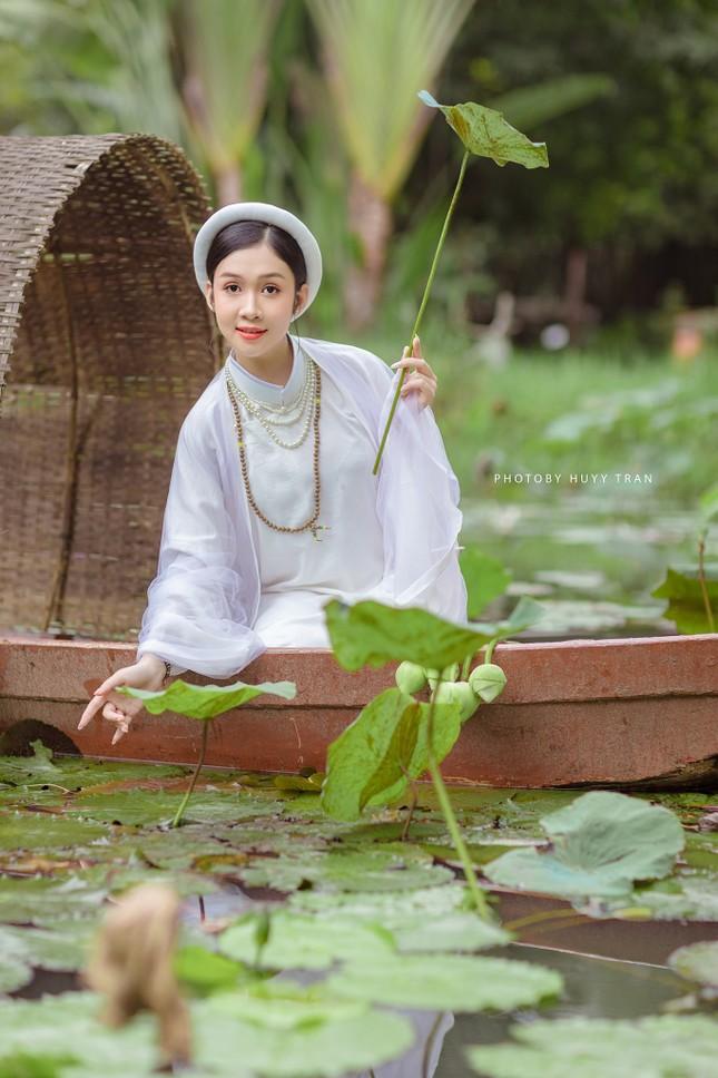 Hoa khôi Hutech đẹp dịu dàng trong áo dài cổ phục Việt Nam ảnh 15
