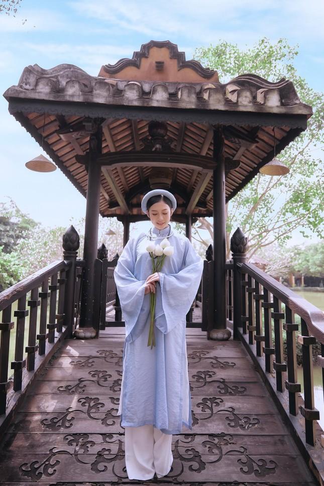 Hoa khôi Hutech đẹp dịu dàng trong áo dài cổ phục Việt Nam ảnh 10