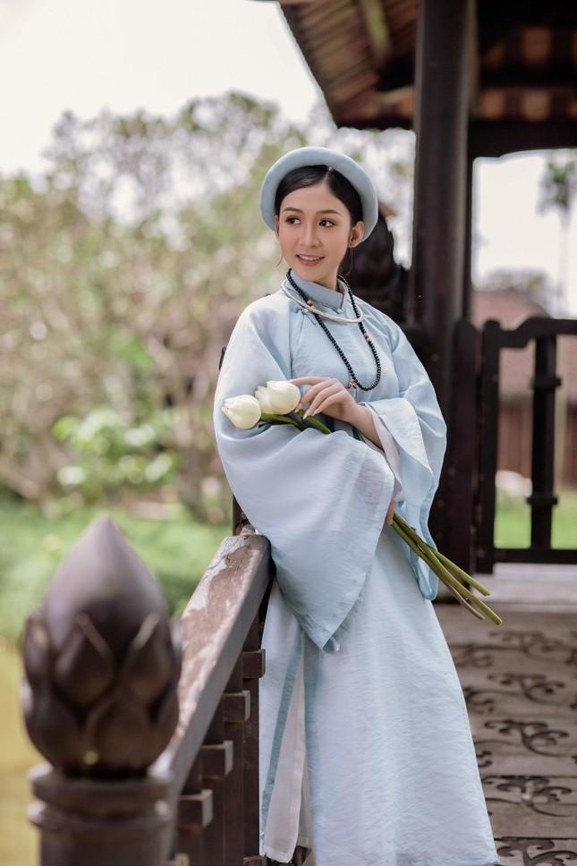 Hoa khôi Hutech đẹp dịu dàng trong áo dài cổ phục Việt Nam ảnh 14