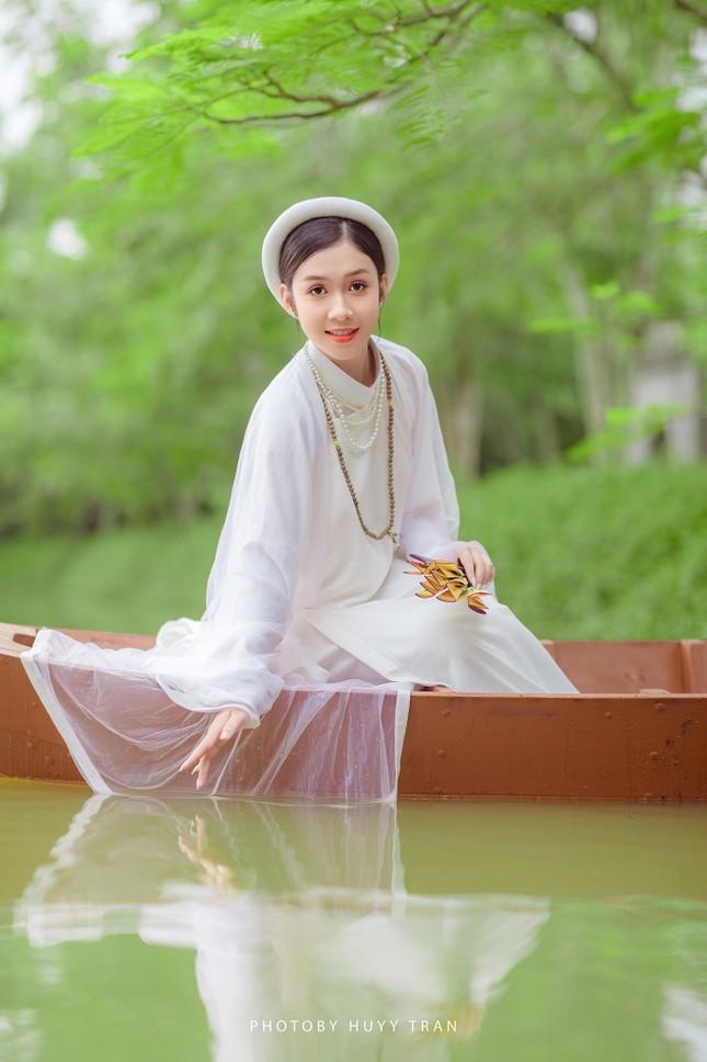 Hoa khôi Hutech đẹp dịu dàng trong áo dài cổ phục Việt Nam ảnh 1