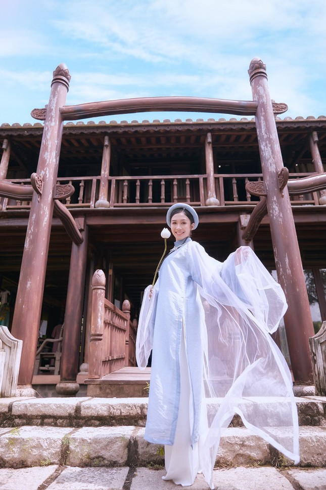 Hoa khôi Hutech đẹp dịu dàng trong áo dài cổ phục Việt Nam ảnh 11