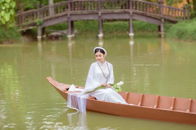 Hoa khôi Hutech đẹp dịu dàng trong áo dài cổ phục Việt Nam ảnh 2
