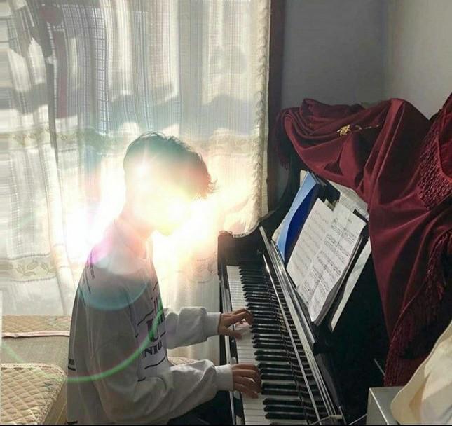 """Danh tính bí ẩn của nam sinh xứ Trung với loạt cover khiến Fans Việt """"lụi tim"""" ảnh 7"""
