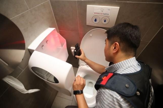 Hàn Quốc: Nhà vệ sinh nữ thiết kế đặc biệt chống những kẻ biến thái, quay lén  ảnh 2