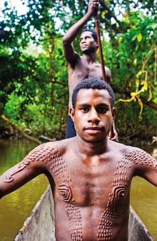 Bộ tộc bé trai phải chịu đau đớn chết người khi bị rạch da để giống vảy cá sấu ảnh 2