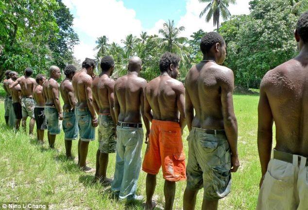 Bộ tộc bé trai phải chịu đau đớn chết người khi bị rạch da để giống vảy cá sấu ảnh 3