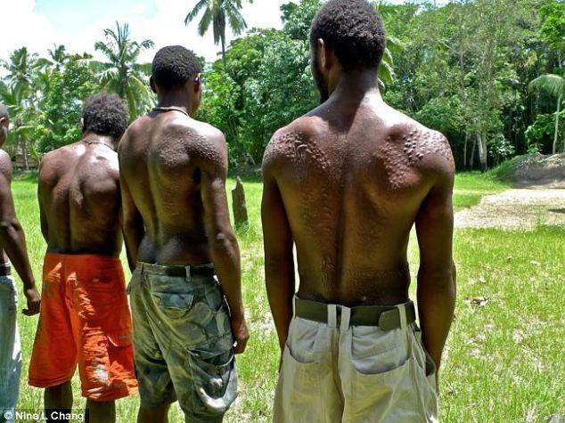 Bộ tộc bé trai phải chịu đau đớn chết người khi bị rạch da để giống vảy cá sấu ảnh 4