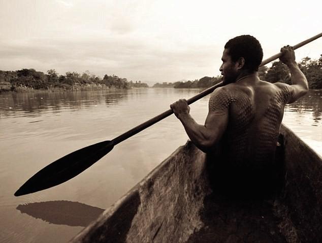 Bộ tộc bé trai phải chịu đau đớn chết người khi bị rạch da để giống vảy cá sấu ảnh 5