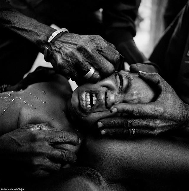 Bộ tộc bé trai phải chịu đau đớn chết người khi bị rạch da để giống vảy cá sấu ảnh 8