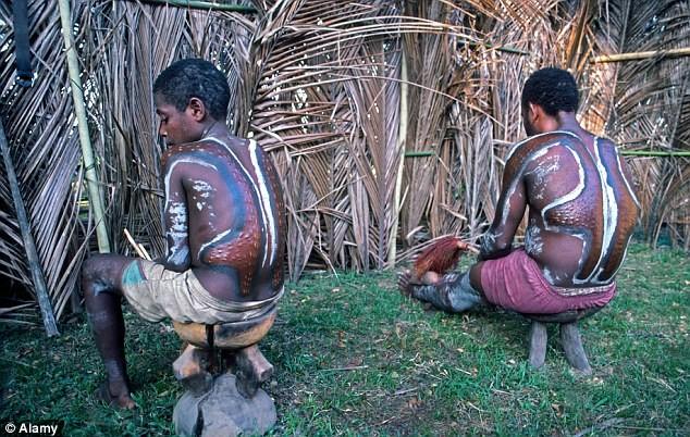 Bộ tộc bé trai phải chịu đau đớn chết người khi bị rạch da để giống vảy cá sấu ảnh 6