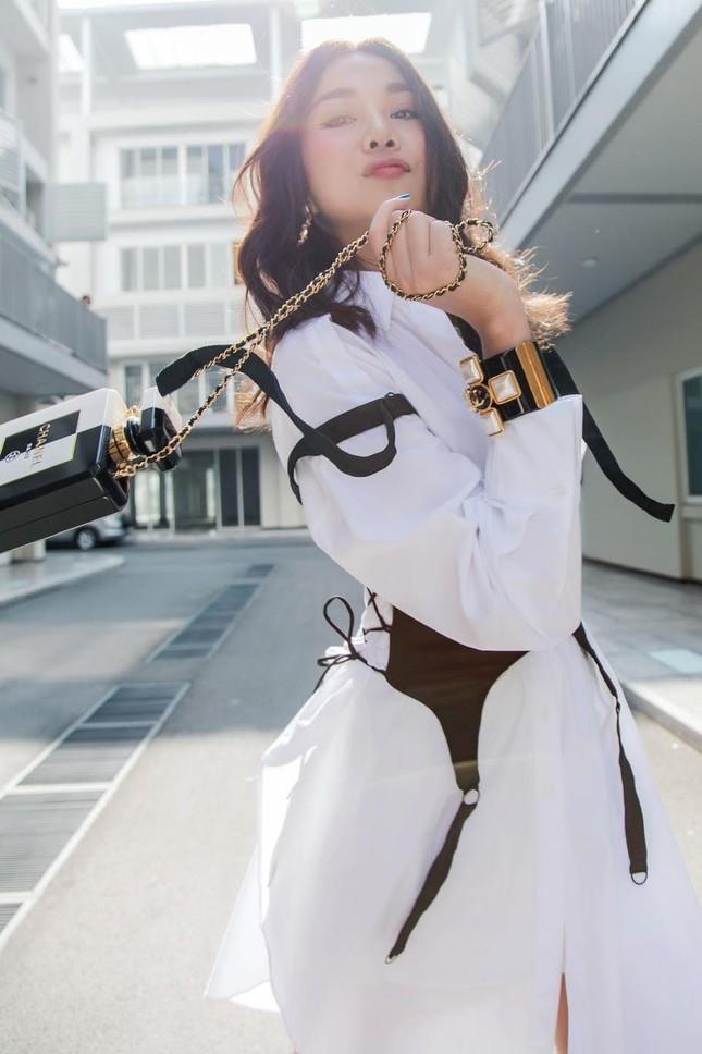 Chi Pu xuất hiện với phong cách sang chảnh; Thu Trang - Tiến Luật mặn nồng dù con đã lớn ảnh 23