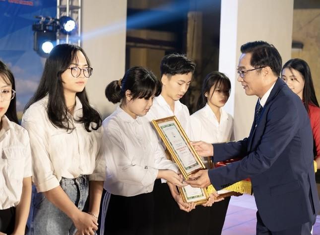 Chào tân sinh viên trường Y Dược Thái Nguyên: 50 suất học bổng 290 triệu đồng được trao ảnh 1