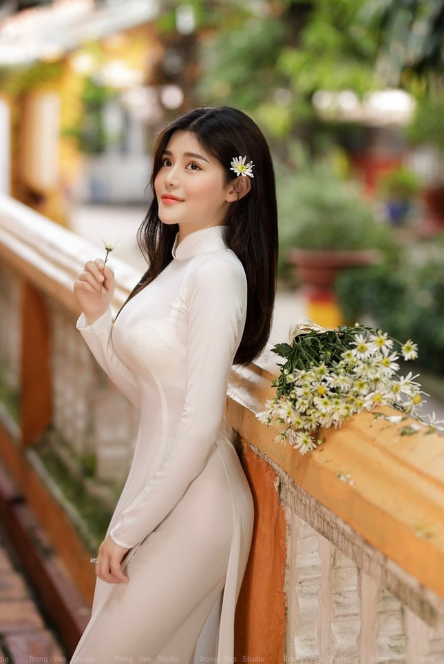 Thiếu nữ 2K3 đẹp dịu dàng trong tà áo dài trắng ảnh 1